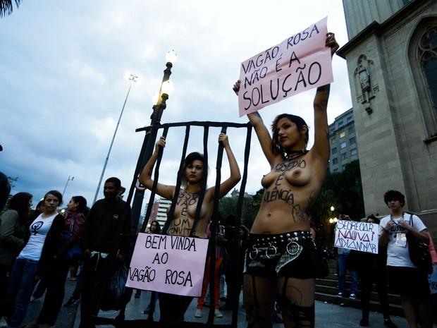 """Mulheres protestam na Praça da Sé contra o """"vagão rosa"""". (Foto: Alice Vergueiro/Futura Press/Estadão Conteúdo)"""