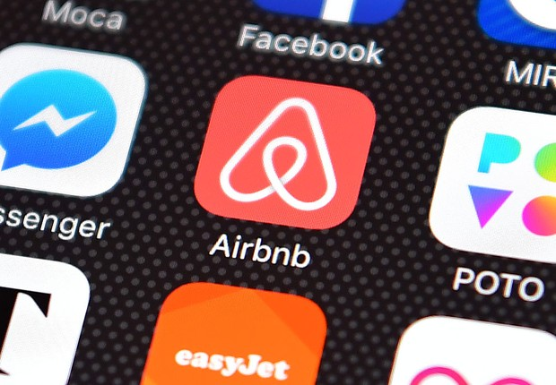 Ícone do Airbnb em smartphone (Foto: Carl Court/Getty Images)