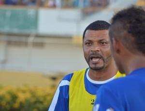 Rocha passa orientações para os seus comandados (Foto: Thiago Barbosa/GLOBOESPORTE.COM)