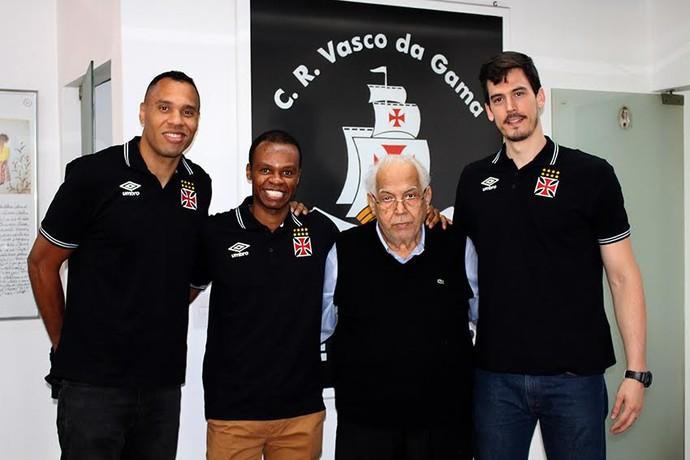 O presidente Eurico Miranda posou com os três primeiros reforços do time de basquete do Vasco (Foto: Thiago Moreira/Vasco.com.br)