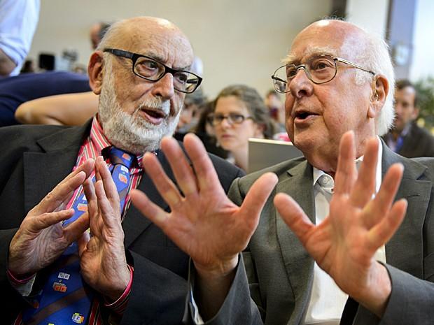 Físicos François Englert e Peter Higgs em coletiva de imprensa na Organização Europeia para a Pesquisa Nuclear (Cern), perto de Genebra, em 4 de julho de 2012 (Foto: Fabrice Coffrini/AFP)