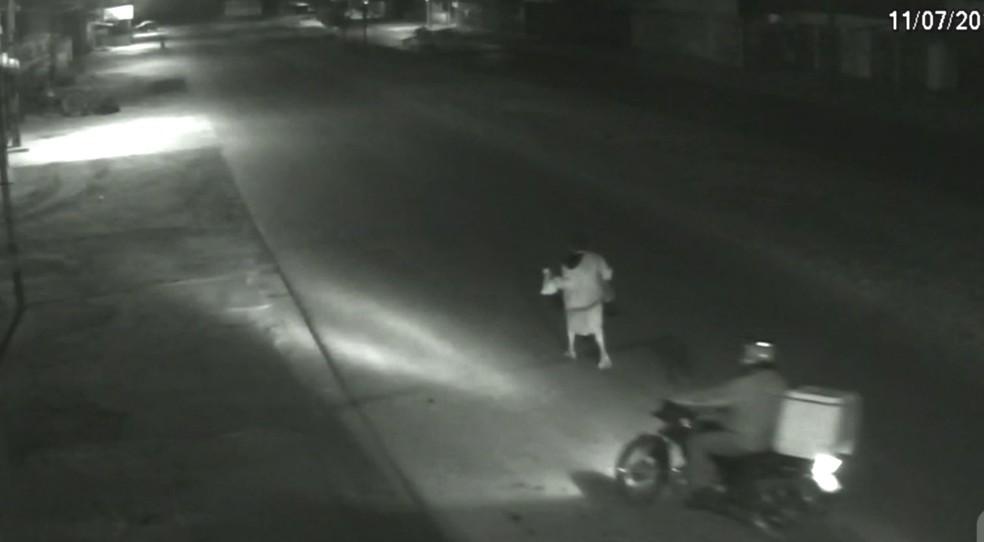 Motociclista tenta abordar idosa, que foi estuprada e morta em Águas Lindas de Goiás (Foto: Reprodução)
