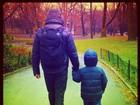 Cássio Reis passeia de mãos dadas com o filho em Nova York