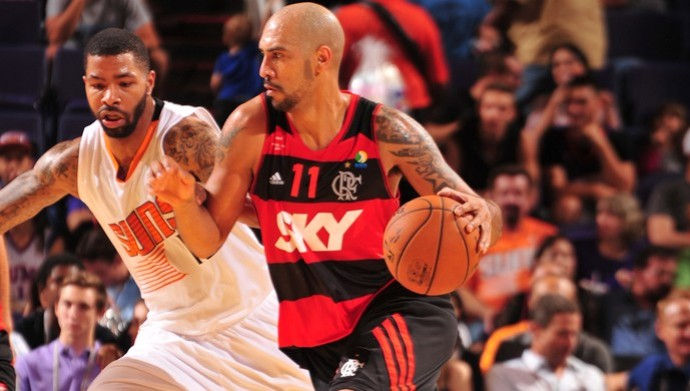 Marquinhos recebe forte marcação de Markieff Morris, dos Suns, na melhor atualao do Fla na NBA (Foto: Foto: Agência AP)