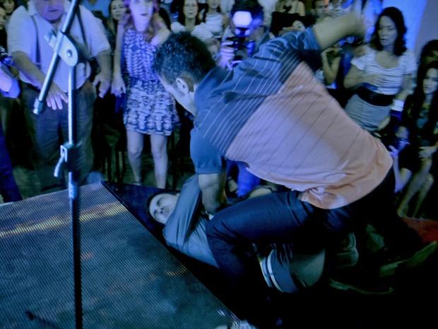 Emerson e Gustavo brigam no meio do palco do concurso (Foto: TV Globo)