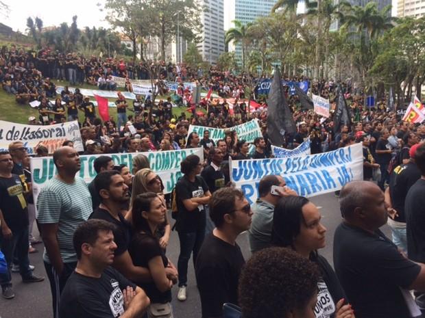 Protesto do Comperj na porta da Petrobras (Foto: Matheus Rodrigues / G1)