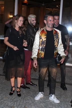 Estilista Marc Jacobs com a atriz Mariana Ximenes na Zona Sul do Rio (Foto: Ag. News)