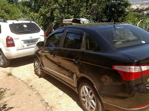 Dois dos 33 carros recuperados por policiais de sete batalhões e Bope (Foto: Divulgação/Polícia Militar)
