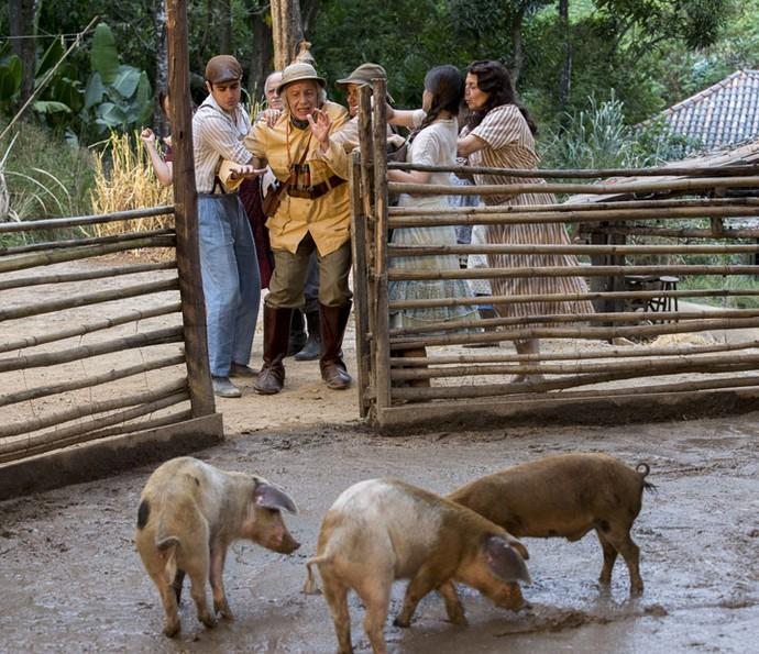 Zé dos Porcos leva Pandolfo para o chiqueiro (Foto: Ellen Soares/GShow)