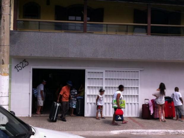 Turistas desembarcam de ônibus em direção à casa alugada (Foto: Flavio Flarys / G1)