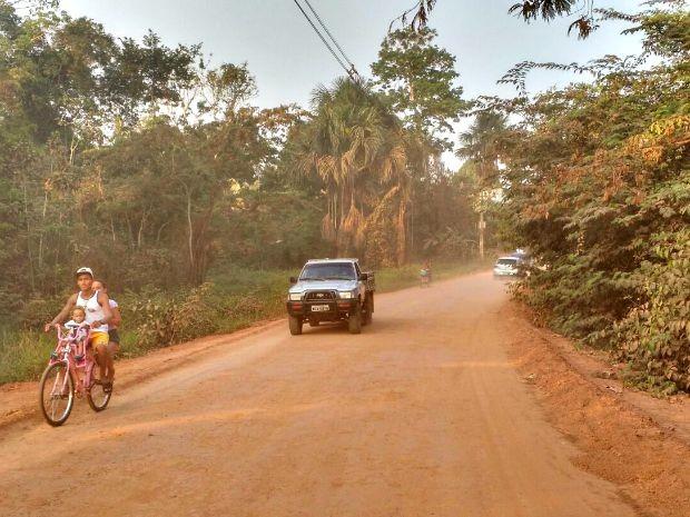 Morador não aprova nova pavimentação e diz que o local continua com o mesmo problema de poeira (Foto: Iryá Rodrigues/G1)