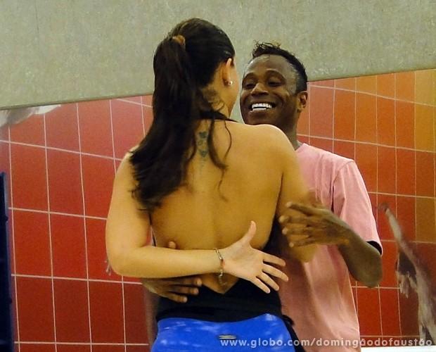Edílson dança forró com Lidiane (Foto: Domingão do Faustão / TV Globo)