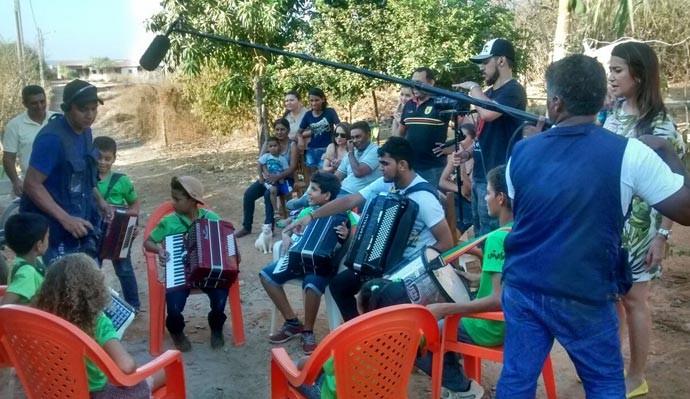 Crianças aprendem a tocar sanfona em escola comunitária de São Raimundo Nonato (Foto: Gshow/Rede Clube)