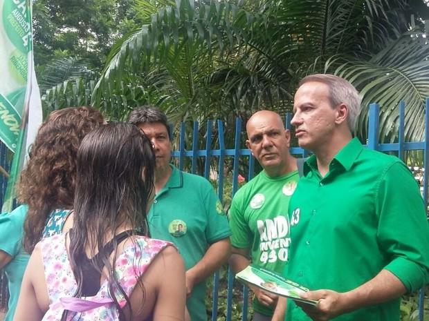 Carlos Augusto (PV) fez panfletagem no entorno do Parque da Jaqueira (Foto: Penélope Araújo/G1)