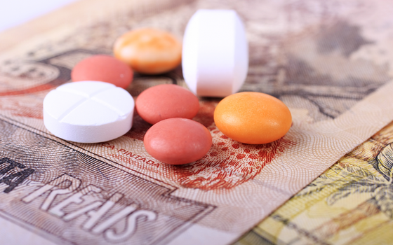 Dinheiro e remédios, os custos da saúde (Foto: Thinkstock/Getty Images)