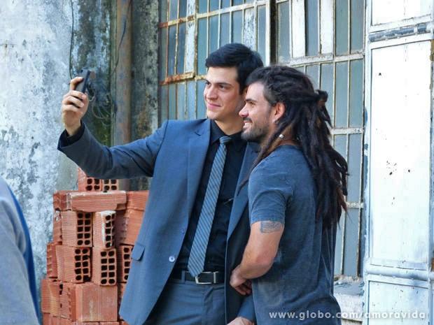 Mateus Solano e Juliano Cazarré registram intervalo na gravação (Foto: Amor à Vida / TV Globo)