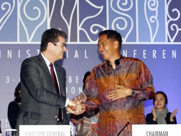 O ministro do Comércio da Indonésia, Gita Wiryawan, à direita, aperta a mão do diretor-geral da Organização Mundial do Comércio (OMC), o brasileiro Roberto Azevêdo. (Foto: Firdia Lisnawati / AP Photo)