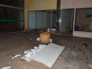 Shopping Tropical abriga usuários de drogas em Araraquara, diz internauta (Foto: Aline Ferrarezi / G1)