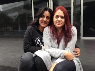 Camila Bueno com a mãe, Elisabete, na fila para o show do grupo BTS (Foto: EGO)