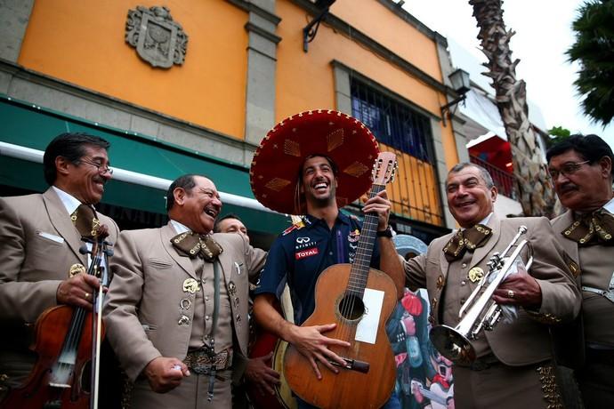 Daniel Ricciardo usou um sombreiro e caiu na cantoria na capital mexicana (Foto: Reprodução/Twitter)