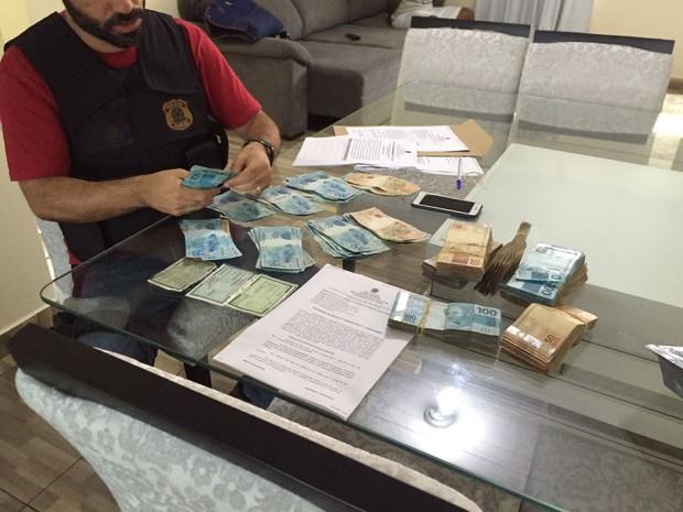 Polícia Federal apreendeu R$ 71 mil durante o cumprimento de um mandado de busca e apreensão em Foz do Iguaçu (Foto: Divulgação/Polícia Federal)