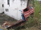 Caminhão cai em ribanceira no bairro de São Caetano e motorista fica ferido