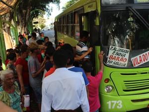 Paradas ficaram lotadas após paralisação (Foto: Ellyo Teixeira/G1)