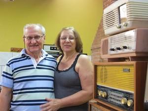 João, a esposa Maria Irene e alguns rádios (Foto: Mariane Rossi/G1)