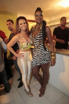 Viviane Araújo e Cris Vianna na quadra da Imperatriz na Zona Norte do Rio (Foto: Isac Luz/ EGO)
