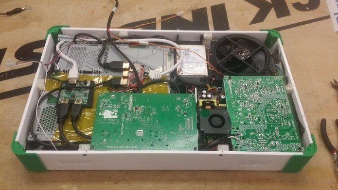 Interior do PlayBox com o PS4 e Xbox One (Foto: Reprodução/EdsJunk.net) (Foto: Interior do PlayBox com o PS4 e Xbox One (Foto: Reprodução/EdsJunk.net))
