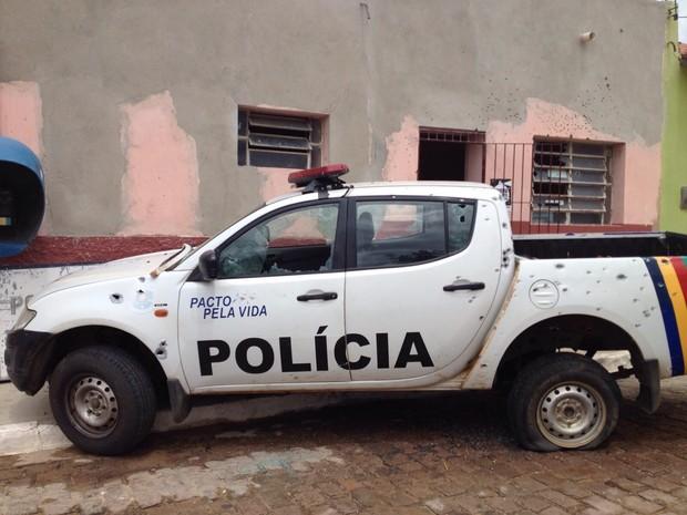 Viatura alvo de criminosos em Betânia (Foto: André Vinícius/ TV Asa Branca)