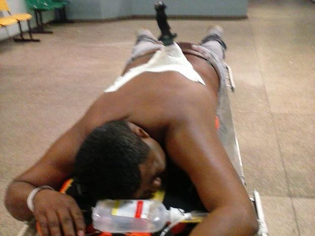 Homem recebeu primeiros atendimentos ainda com a faca cravada nas costas. (Foto: Polícia Militar/Divulgação)