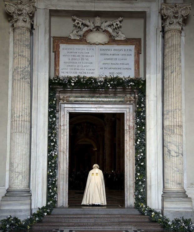 Papa Francisco reza após abrir a porta sagrada da Basílica de São Pedro para a inauguração do Ano Santo católico nesta terça-feira (8) no Vaticano (Foto: Max Rossi/Reuters)