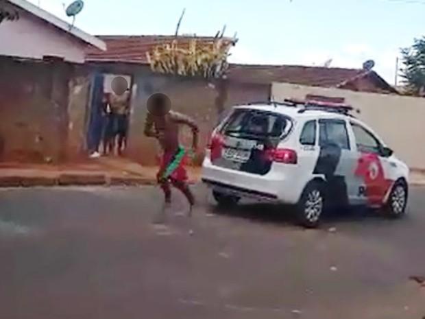 Menor foge pelo vidro quebrado da viatura da PM em Bebedouro (Foto: Reprodução/EPTV)