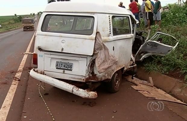 Irmãos morrem em colisão de Kombi contra carreta na BR-452, em Rio Verde Goiás (Foto: Reprodução/TV Anhanguera)