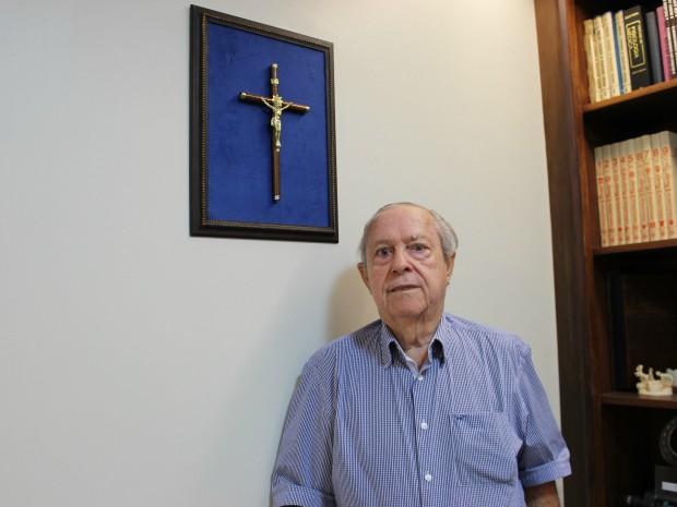 Na parede do escritório de casa, Stephanini guarda crucifixo que foi de Manoel de Barros (Foto: Gabriela Pavão/ G1 MS)