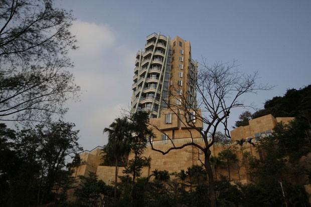 Por causa do design, edifício Opus Hong Kong parece torto. (Foto: Kin Cheung/AP)