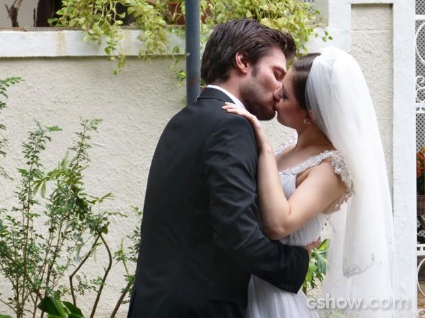 Micaela e Martin comemoram a novidade com um beijo (Foto: Malhação / TV Globo)