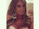 Nicole Bahls faz selfie com look cheio de brilho e decote