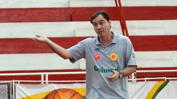 O técnico Régis Marrelli, do São José Basquete (Foto: Danilo Sardinha/Globoesporte.com)