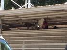 Vão entre teto e telhado do BRT vira abrigo de moradores de rua no Rio