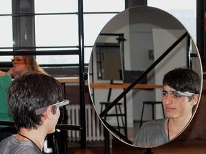 Lucas Sperb testa Google Glass em frente a espelho (Foto: Arquivo pessoal)