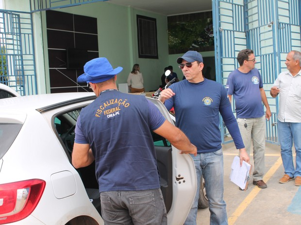 Fiscais visitaram casas agrícolas nas primeiras horas da manhã (Foto: Amanda Franco/ G1)