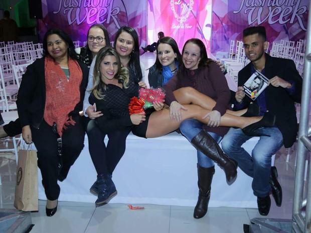 Ana Paula Minerato com fãs em evento de moda em São Paulo (Foto: Renato Arizati/ Divulgação)
