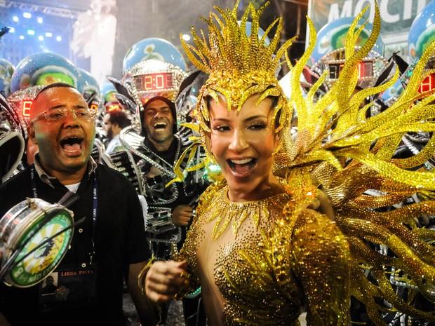Claudia Leitte canta com Dudu Nobre entre integrantes da bateria antes do desfile da Mocidade (Foto: Alexandre Durão/G1)