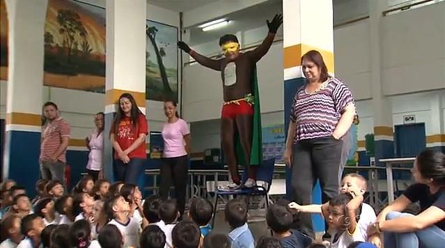 """""""Super Reciclagem"""" ensina crianças a preservar o meio ambiente, em Manaus (Foto: Amazonas TV)"""