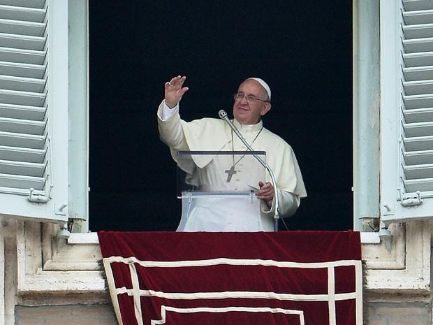 Papa Francisco cumprimenta fiéis durante o Ângelus neste domingo (14), na Praça São Pedro  (Foto: Tiziana Fabi/AFP Photo)