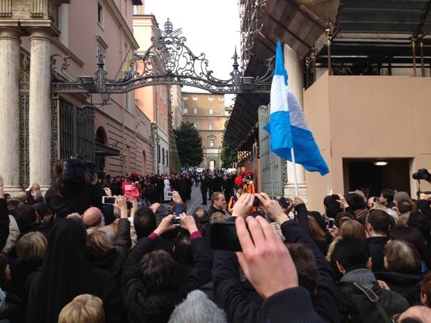 Papa aparece para fíeis antes da missa no Vaticano (Foto: Juliana Cardilli/ G1)