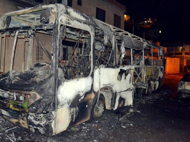 Dois suspeitos foram detidos após ônibus ser incendiado em Itajubá, MG (Foto: Luciano Lopes)