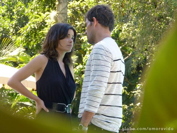 Aline trata tudo de maneira fria, mesmo falando da tia que a criou (Foto: Amor à Vida/TV Globo)
